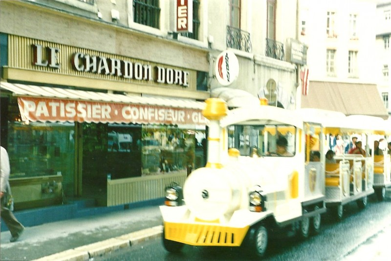 1970 – Le petit train de Grenoble devant le magasin